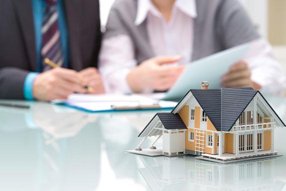vastgoedrecht afbeelding van huis en onderhandeling op de achtergrond - legtvast juristen